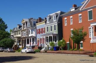 On dit que les facades de maisons étaient peintes des mêmes couleurs que les bateaux dans les chantiers maritimes
